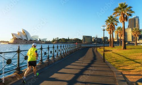 Poster Oceanië A man running in harbour park