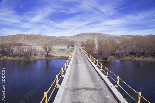Photo Stands Lake Puente cruzando río, Argentina, Patagonia