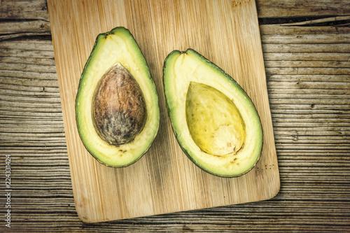Fotografía  Avocado, cut into avocados, in half, healthy food, cooking, cutting board, Spani