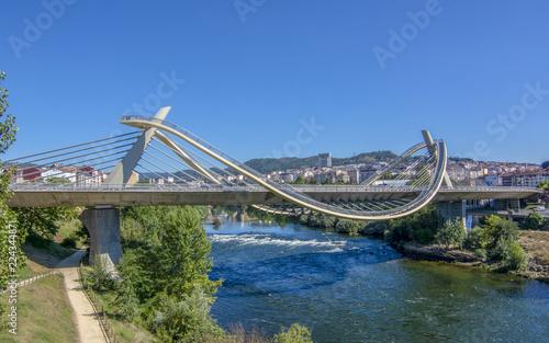 puente del milenio, sobre el rio miño a su paso por la ciudad de Ourense España Canvas-taulu