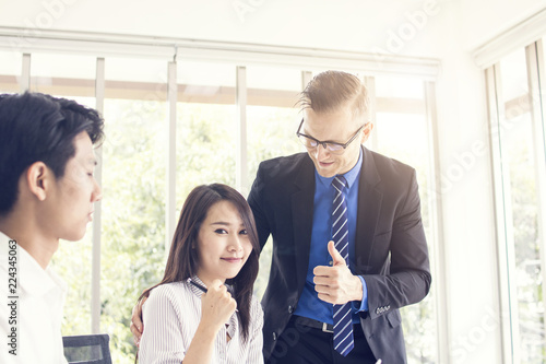 Fotografía  Big boss compliment or admire worker in office, businessman gratitude to busines