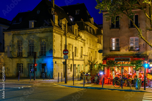 Photo  Cozy street with tables of cafe in Paris at night, France