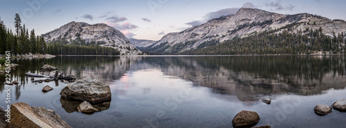 Photo sur Toile Taupe Panorama von einem See in Yosemite Nationalpark