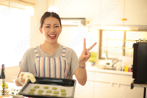 Fotografie, Obraz  お菓子作りをする女性