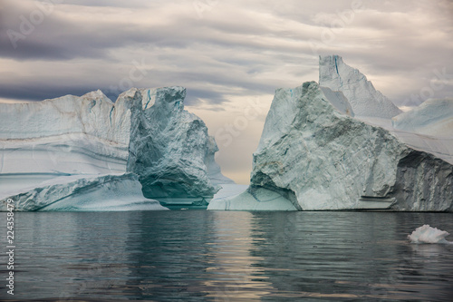 In de dag Poolcirkel massive Icebergs floating in the fjord scoresby sund, east Greenland