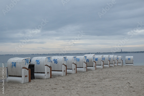 Strandkörbe warten auf Urlauber