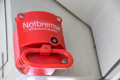Rote Notbremse in Straßenbahn