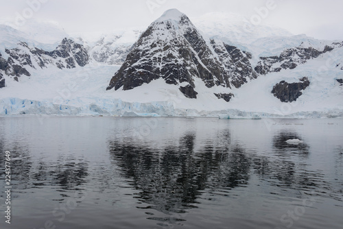 Spoed Foto op Canvas Antarctica Antarctic landscape with reflection