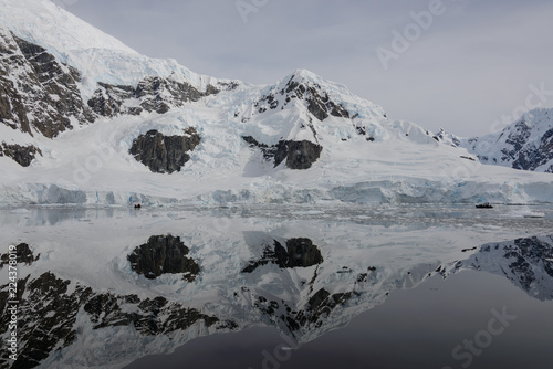 Fotobehang Antarctica Antarctic landscape with reflection