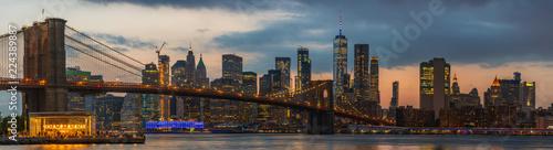 Spoed Fotobehang Brooklyn Bridge View to Manhattan Skyline form Brooklyn Bridge Park