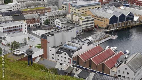 Staande foto Scandinavië Aussicht auf Hammerfest, den Hafen und das Nordmeer