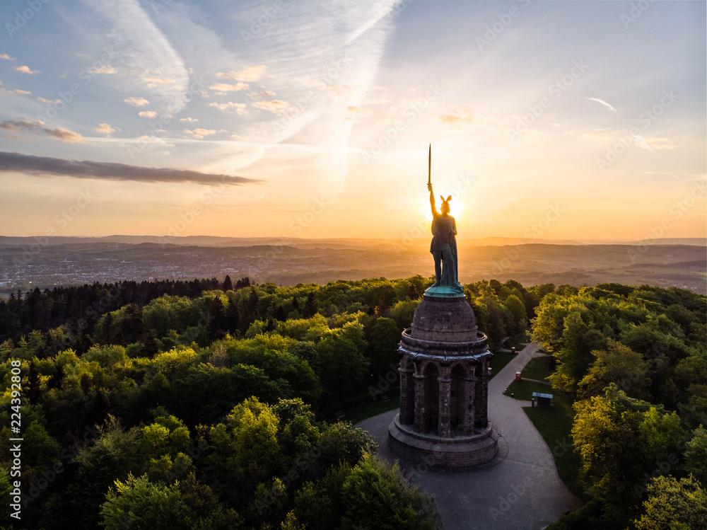 Fototapety, obrazy: Hermannsdenkmal bei Sonnenaufgang, Luftaufnahme, Detmold, Deutschland