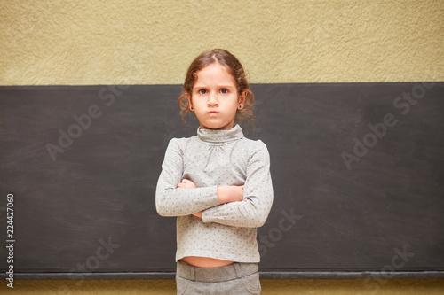 Fotografia, Obraz Schülerin steht mit verschränkten Armen