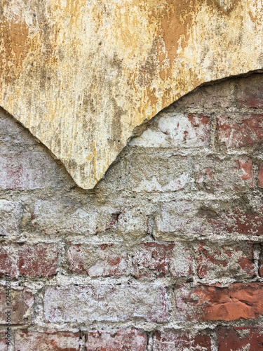 Foto op Aluminium Wand Ancient red brick wall covered with shabby plaster texture copyspace
