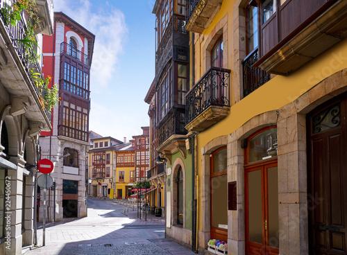 In de dag Oude gebouw Llanes village facades in Asturias Spain