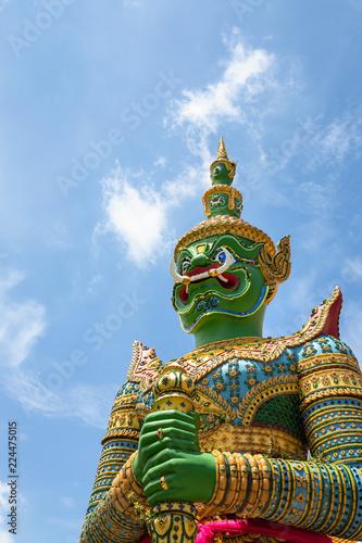 Fotografía  Giant,demon guardian statues decorating the buddhist temple Wat Arun or Wat Arun