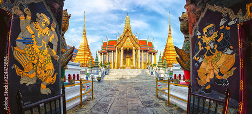 In de dag Bangkok Wat Phra Kaew,Temple of the emerald buddha or Wat Phra Si Rattana Satsadaram,is regarded as the most sacred buddhist temple ,is one of the best known landmarks in Bangkok,Thailand,Panorama view