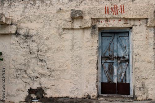 Fotografía  Translation: A rustic window and a door at an ashram complex in Hampi