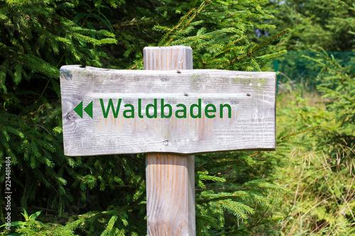 Fotografia  Holzschild Waldbaden