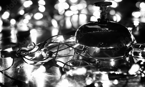 Fotografía  reception bell on the table and shining garland background