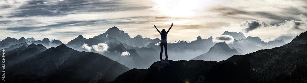 Fototapeta Bergsteigerin am Gipfel - obraz na płótnie