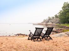 Två Solstolar På Den öde Stranden I Svenska Skärgården