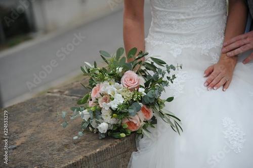 Detail Hochzeit Braut Brautstrauss Blumen Hand Ringe Brautkleid