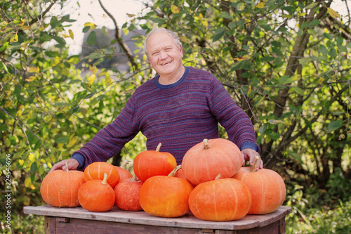 Photographie  elderly men with pumpinks outdoor