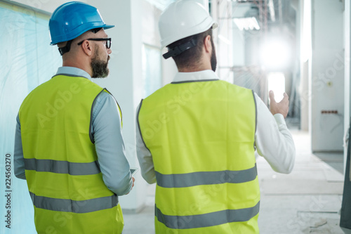 Fotografía Engineers in hardhats have conversation
