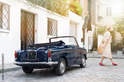 Fototapeta paris rétro vintage femme mode pavé voiture rue parisien parisienne décapotable