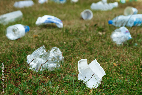 Photographie  A pile of plastic on green grass, a problem in the natural environment, pollution of nature is not decomposing plastic