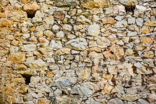 Fotografiet  Textura de piedra con huecos de andamios