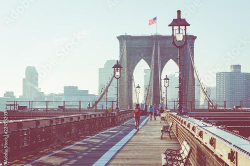 Naklejka premium Vintage Color View z Brooklyn Bridge ze szczegółami dźwigarów i kabli nośnych, Manhattan City Skyline at Sunrise, Nowy Jork, Nowy Jork, USA