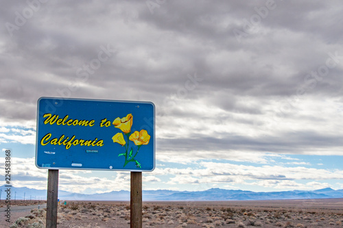 Fotografía  A road sign in the desert saying Welcome to California