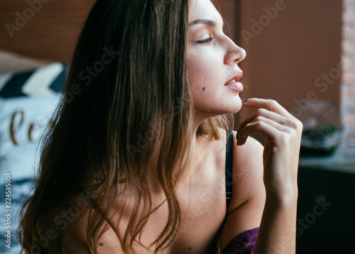 Photo Pretty woman portrait in a cozy comfort housing made of wood in a quiet and pleasant place