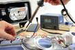 Lutowanie diody na płytce reflektora samochodowego.