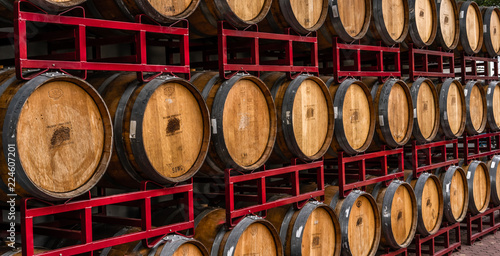 Foto Barrels containing wine stacked for shipping.