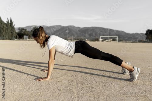 Joven chica practicando deporte. Wallpaper Mural