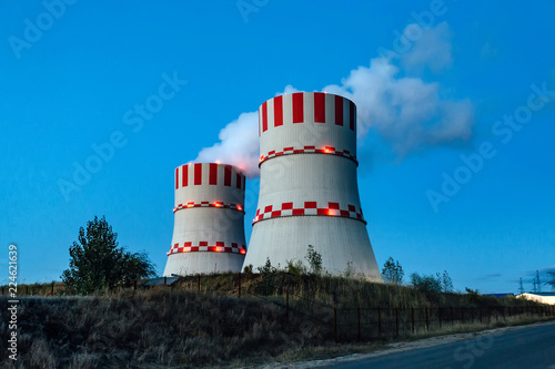 Fotografía  Cooling towers of Novovoronezh nuclear power plant at night