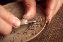 伝統工芸の堆朱、木彫り作業