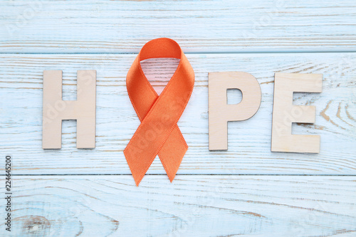 Fotografía  Orange ribbon with word Hope. Medicine concept