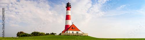 Foto op Aluminium Vuurtoren Nordfriesland, Leuchtturm inmitten von Wiesen am späten Nachmittag