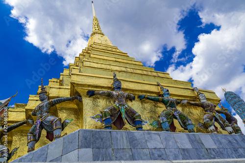 Deurstickers Bedehuis プラサート・プラテープ・ビドーンの仏塔を支えるクルットゥ(Krut)(Grand Palace Thai)