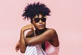Portret chłodno dziewczyna z okularami przeciwsłonecznymi i kędzierzawym włosy, obsiadanie i patrzeć popierać kogoś - 224732818