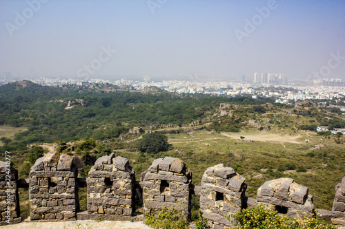 Photo  Lookout Point with the Ancient Stone Wall and the Modern City in the Background