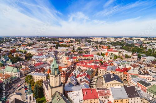 Obraz Lublin krajobraz starego miasta z lotu ptaka, wieża Trynitarska, trybunał Koronny i brama Krakowska - fototapety do salonu