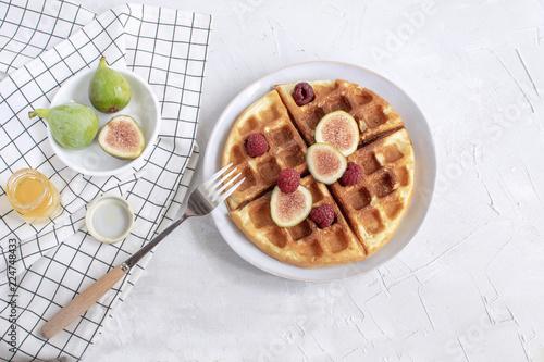 Fotografía  Belgian waffles Slow food breakfast concept figs raspberries honey Espresso coff