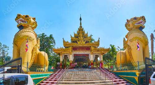 Deurstickers Bedehuis Panorama of Ngar Htat Gyi Buddha Temple entrance, Yangon, Myanmar