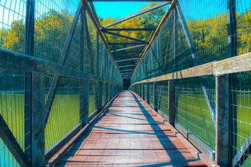 Fototapeta ponte di metallo e legno sul lago