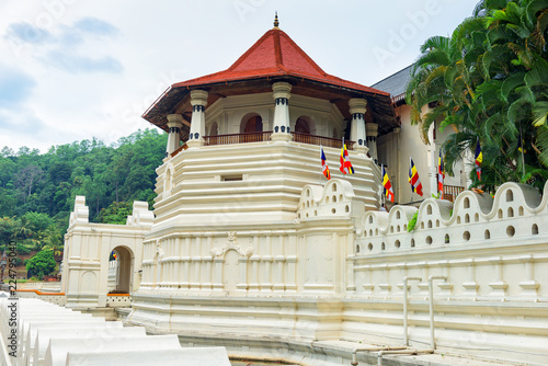 In de dag Temple Temple of the Sacred Tooth Relic at Kandy, Sri Lanka.